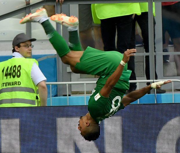 Салем Аль-Досари из Саудовской Аравии почти всегда после забитого мяча делает крутое сальто.