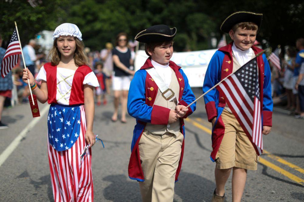 Дети в костюмах на праздничном параде.