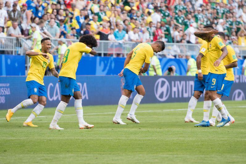 Бразильские футболисты нередко исполняют такой забавный танец после гола.