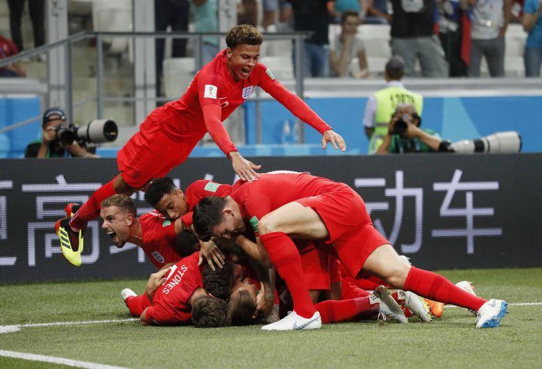 Англичане почти всегда толпой запрыгивают на забившего и подолгу лежат кучей мала на поле.