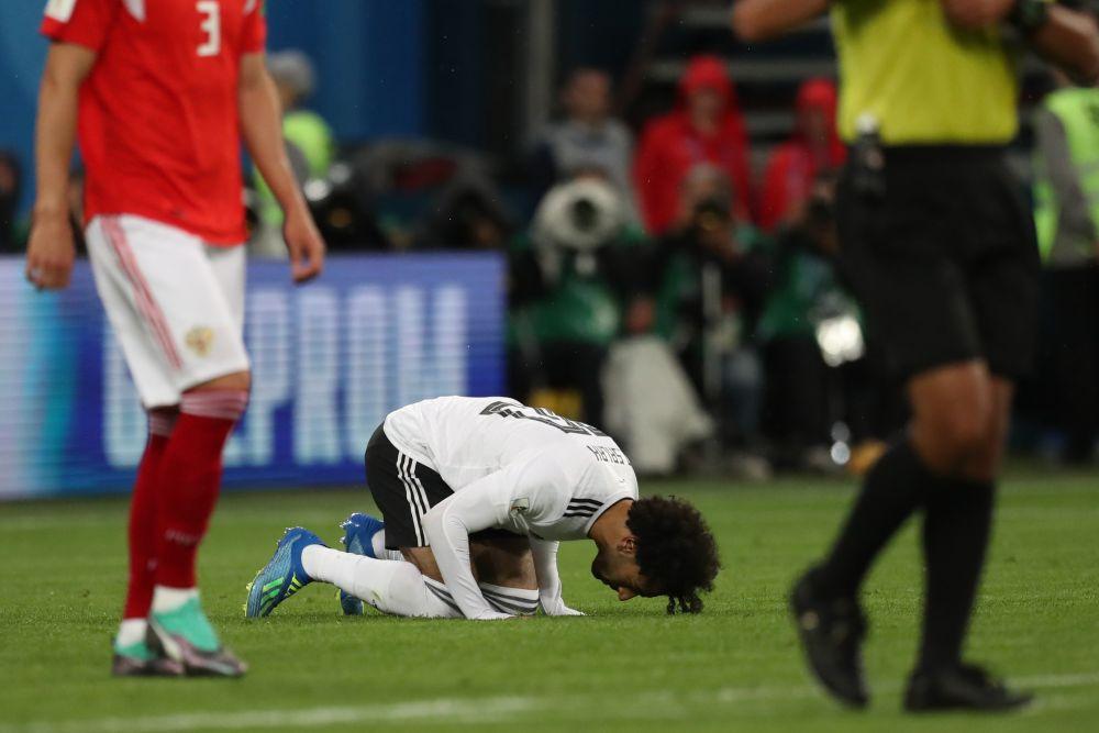 Главная звезда сборной Египта Мохамед Салах очень часто отмечает гол традиционным для мусульман поклоном.