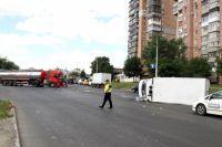 В Харькове столкнулись микроавтобус и грузовик с кислотой