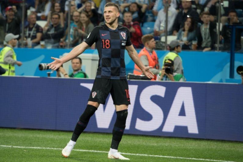 Полузащитник сборной Хорватии Анте Ребич исполняет забавный танец, когда забивает его команда.