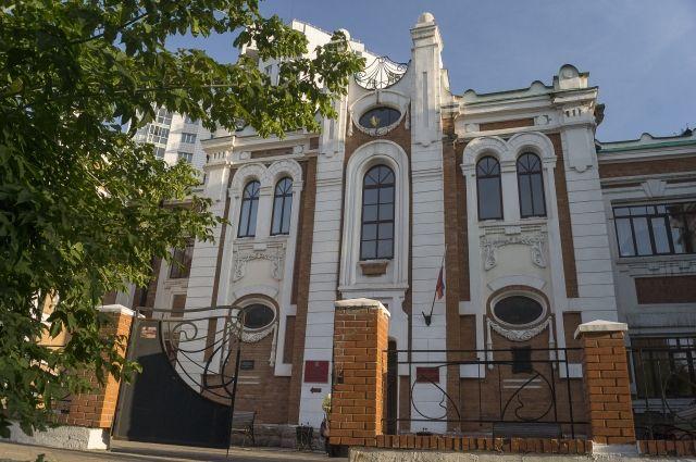 В здании Ольгинского приюта кипит жизнь.