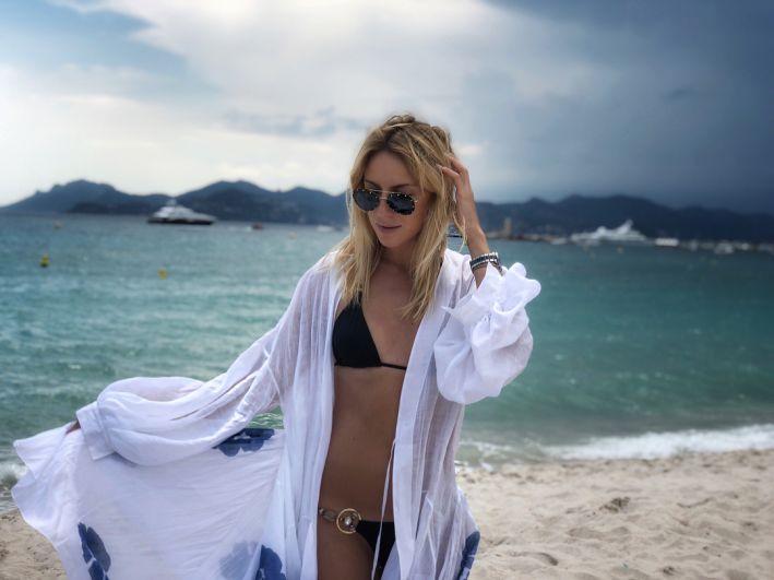 Телефедущая Леся Никитюк на пляжах Канн в оригинаьном купальнике наслаждается морем и отдыхом.