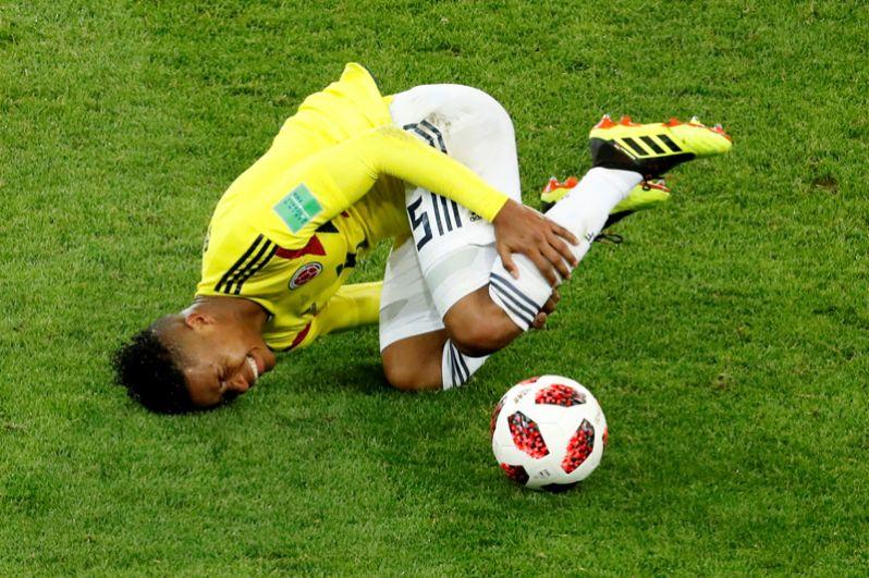 Вилмар Барриос (Колумбия) во время встречи со сборной Англии.