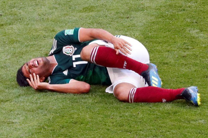 Карлос Вела (Мексика) во время встречи с командой Бразилии.