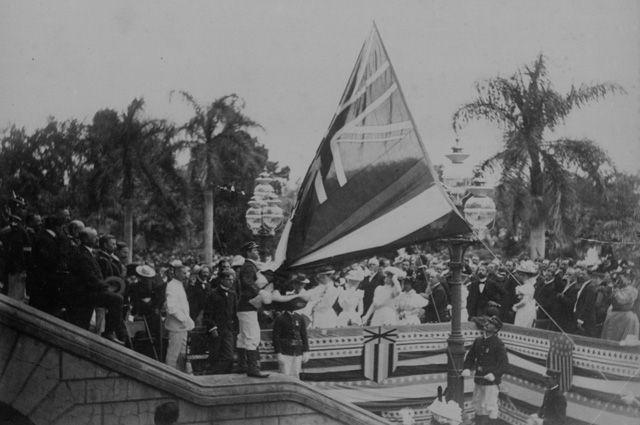 Над Дворцом Иолани в Гонолулу был спущен флаг Гавайской республики и поднят флаг Соединённых Штатов Америки. 1898 г.