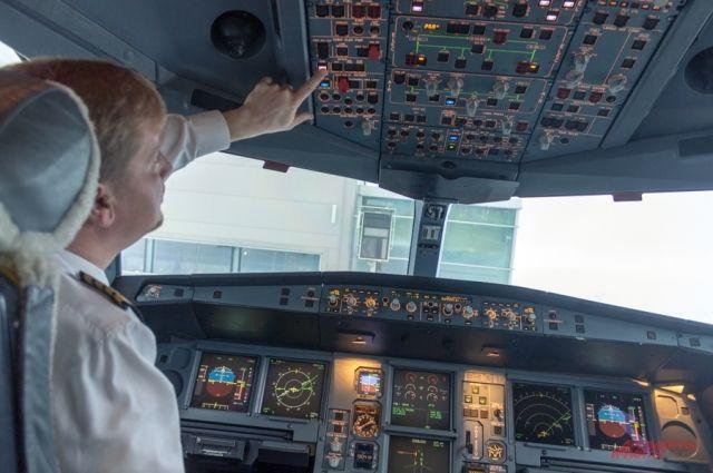 После перезагрузки системы самолёта экипаж принял решение не продолжать полёт на нём.