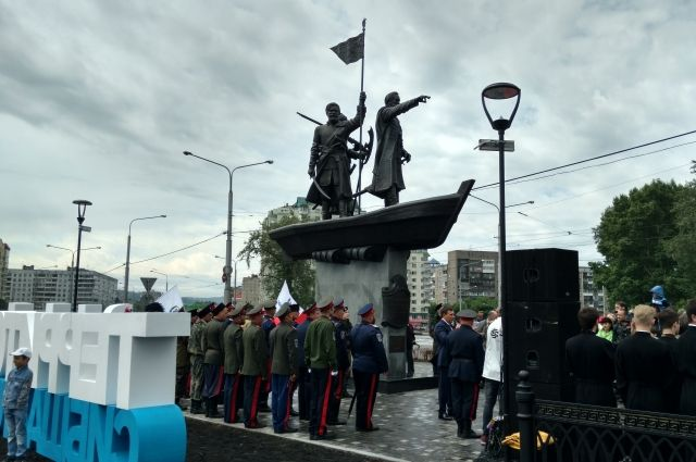 Представители местного казачества выступили на церемонии открытия памятника историческим фоном.