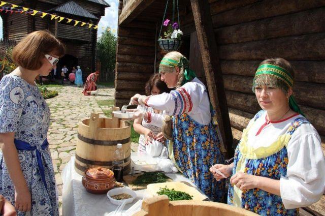 Ялуторовчане приготовили для гостей 200 литров окрошки