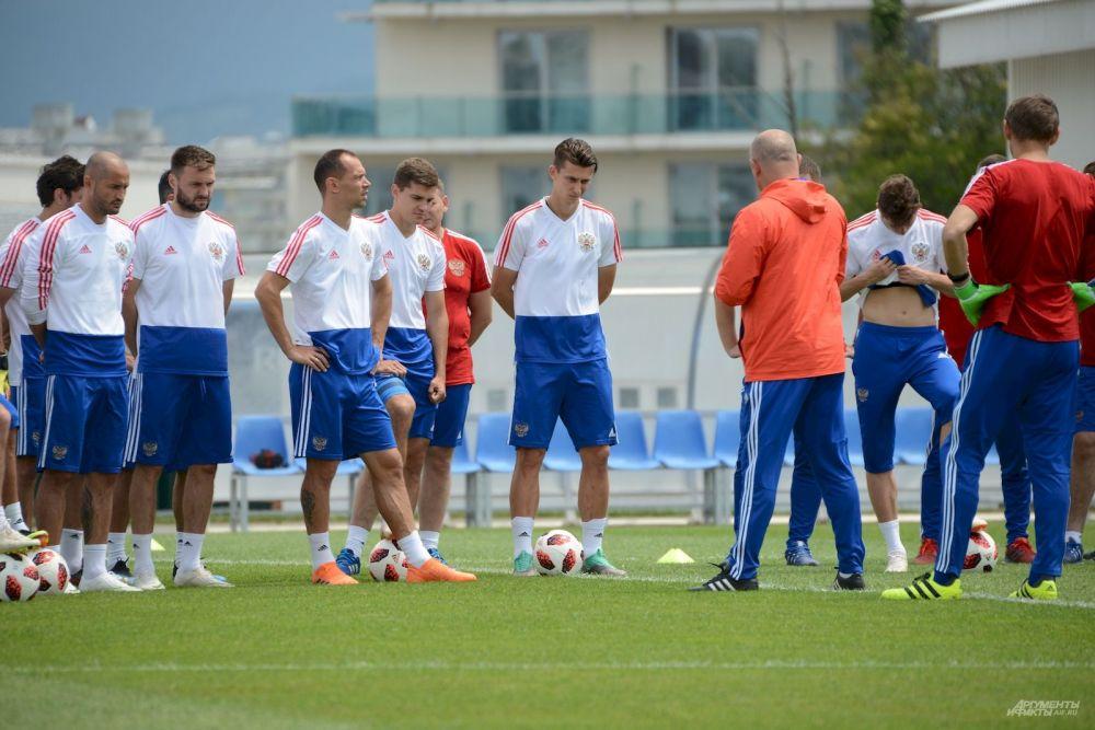 Станислав Черчесов рассказывает защитникам сборной, как сдержать звездное нападение хорватской команды. Илья Кутепов и Сергей Игнашевич внимательно слушают.