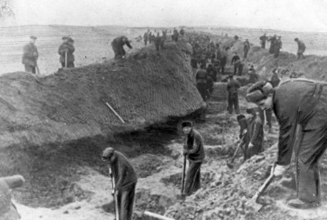 Жители города Ворошиловска (Ставрополя) на строительстве противотанкового рва.
