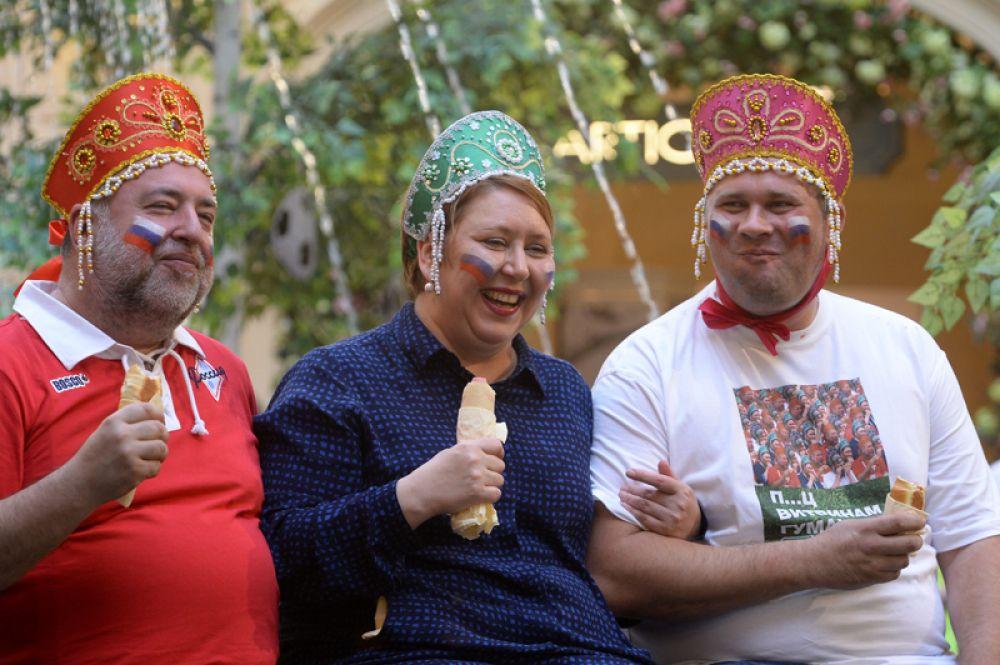 Герои мема, распространившегося в сети после матча Росся-Испания, фотографируются с посетителями ГУМа во время акции в поддержку сборной России по футболу «Сжуем за Родину!».