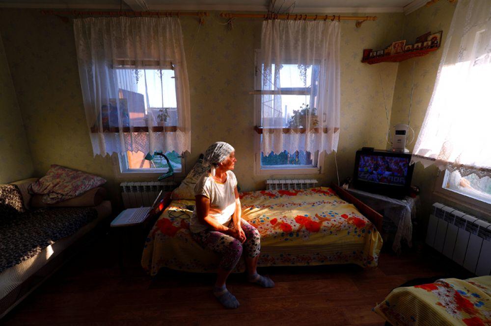 Болельщица Ирина Алексеева смотрит матч между Францией и Аргентиной в селе Александровка, Россия.