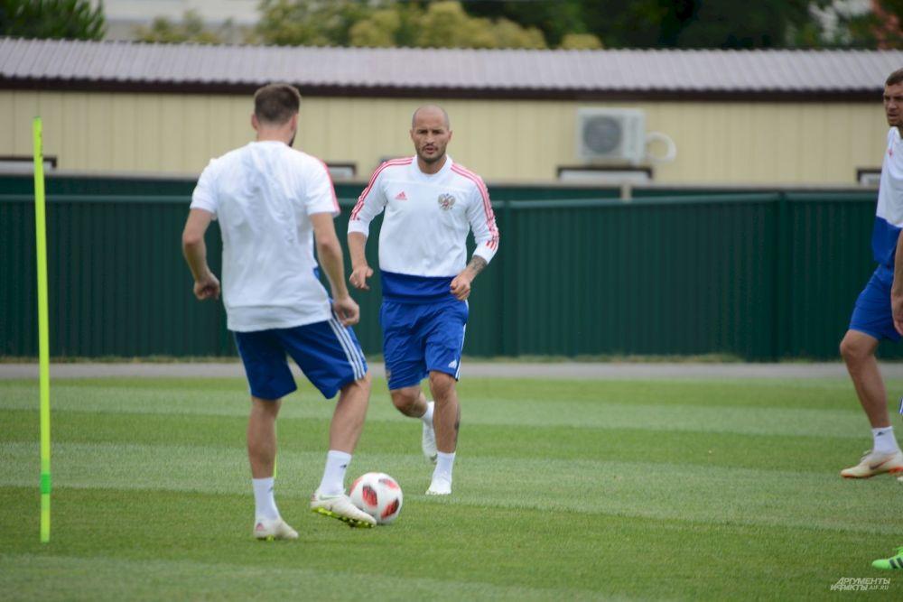 Защитник Федор Кудряшов готов отнимать мяч не только у чужих, но и у своих во время тренировки.