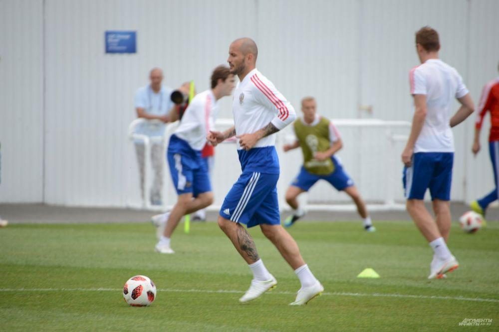 Чем тренировка отличается от игры? Еще и тем, что футболисты не надевают защитные щитки - обратите внимание на ноги Кудряшова.