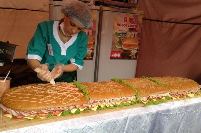 Бутерброд длиной 1618 см горожане расхватали за считанные минуты.