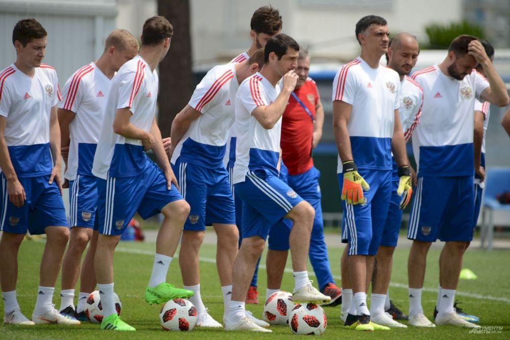 Алан Дзагоев (в  центре) восстановился от повреждения и готов выйти на поле в четвертьфинале чемпионата мира.