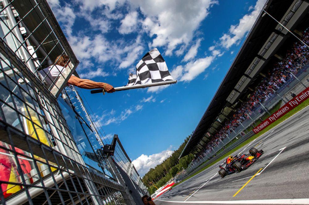 Нидерландский автогонщик Макс Ферстаппен пересекает финишную черту в гонке Формулы-1, Шпильберг, Австрия.