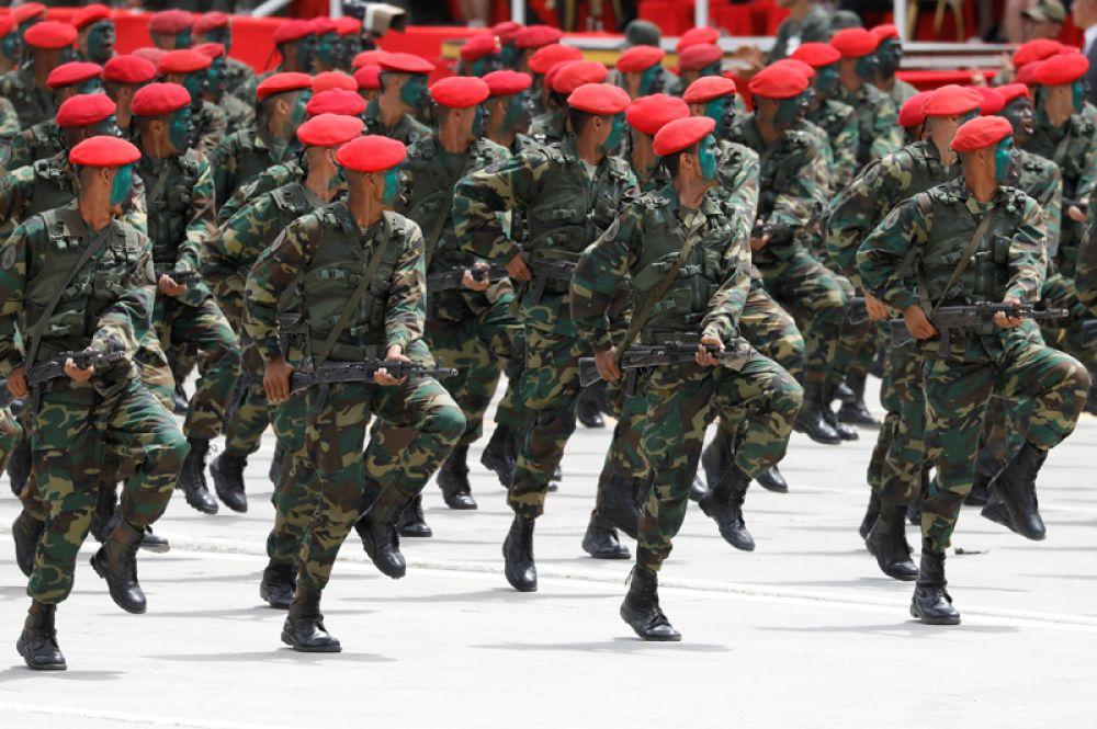 Военный парад, посвященный 207-й годовщине независимости Венесуэлы в Каракасе.