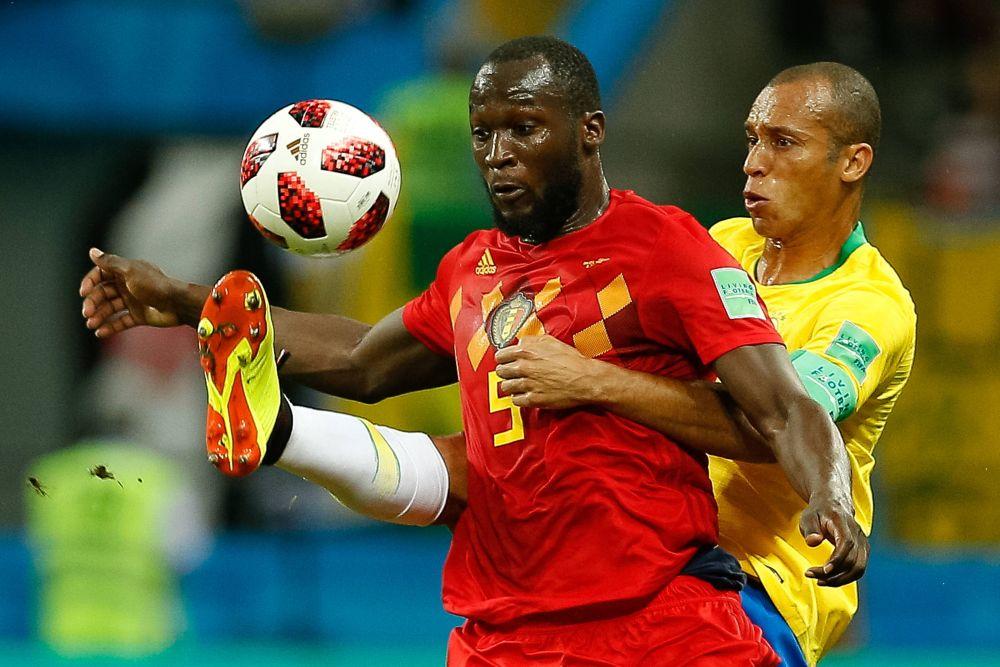 Бельгийский форвард Ромелу Лукаку и Мирандо борются за мяч.