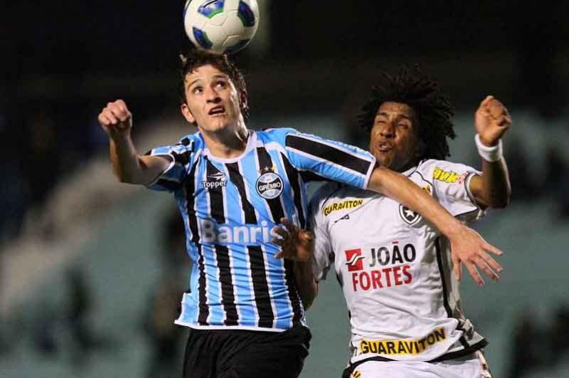 Марио Фернандес. В детстве Фернандес играл за клуб «Сан-Каэтано». В марте 2009 года перешел в «Гремио», контракт был подписан до 2014 года. В 2012 году была достигнута договоренность о переходе футболиста в ЦСКА.