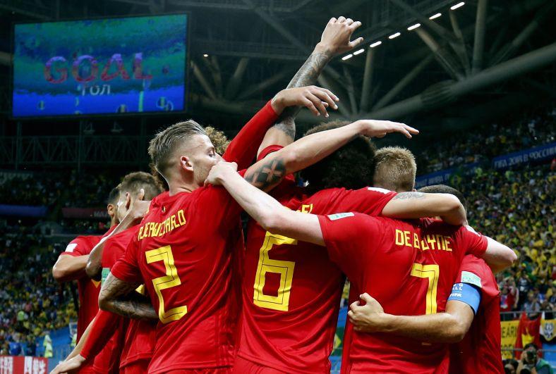 Команда Бельгии празднует автогол Фернандиньо на 13-й минуте.