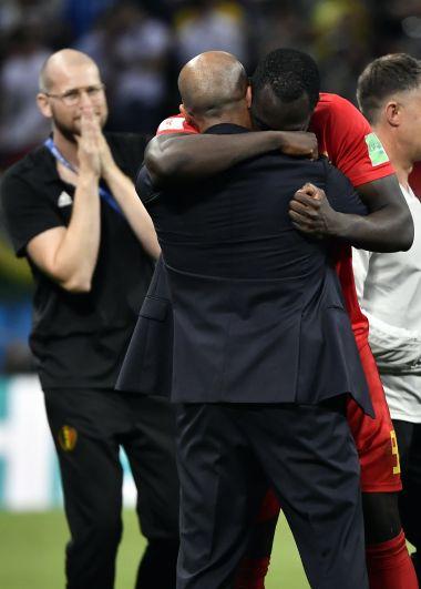 Трогательный момент: почти двухметровый Лукаку обнимает тренера Мартинеса, которому незадолго до этого не подал руки, уходя на замену в финале встречи.