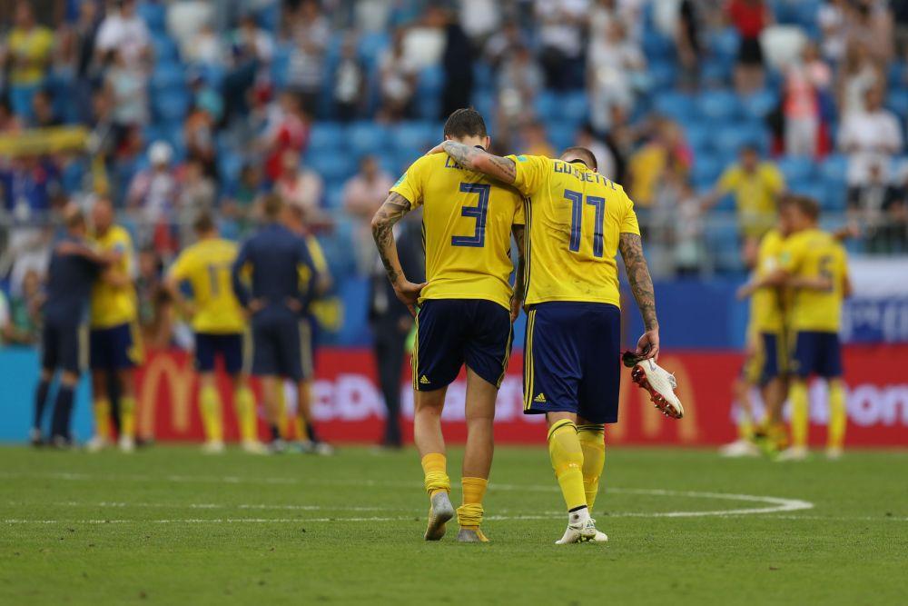 Шведы уходят с поля и едут домой.