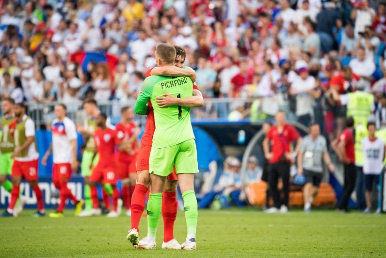 Стоунс обнимает голкипера сборной Англии Пикфорда.
