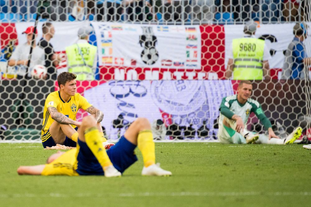 Расстроенные игроки сборной Швеции после матча. На заднем плане - голкипер Ольсен.