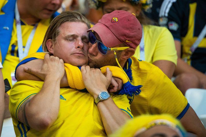 Шведские болельщики утешают друг друга.