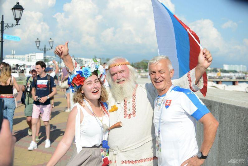 Один из болельщиков России оделся в старославянскую рубаху, девушка рядом выбрала венок с триколором, ну и как же без российского флага?