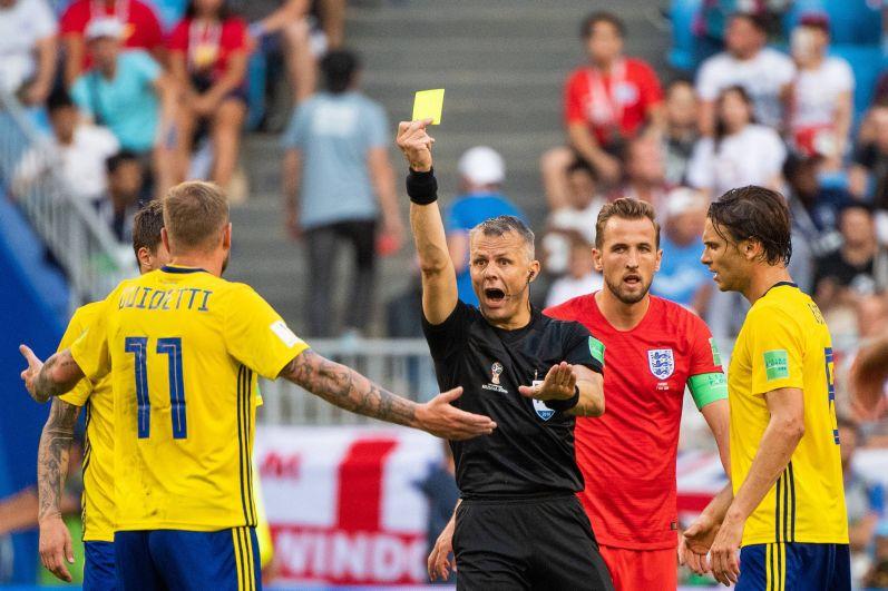 Гвидетти получает желтую карточку. Всего шведам выдали два горчичника за матч.