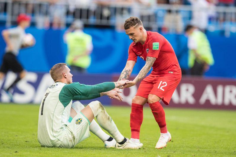Киран Триппьер помогает встать шведскому голкиперу Ольсену.