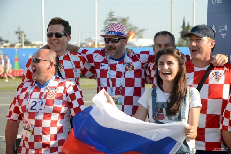 Харватские фанаты с российским флагом... всё смешалось.