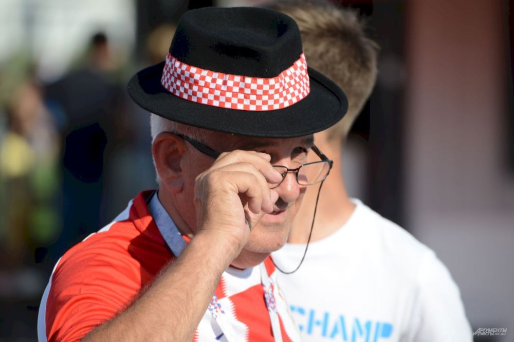 Интеллигентный харват в шляпе и пенсне.