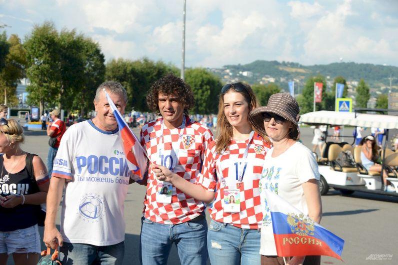 Российские и харватские фанаты фотографируются все вместе.