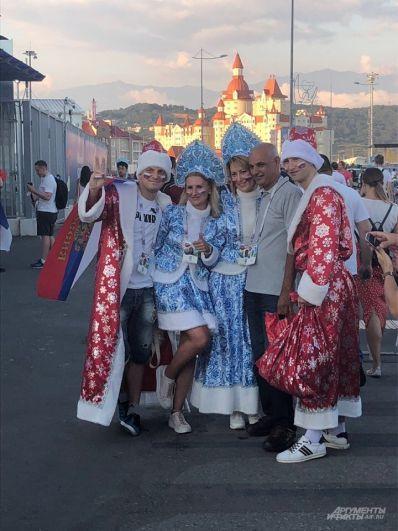 Жара в Сочи 30 градусов, но эти ребята все равно не снимают костюмы Дедов Морозов.