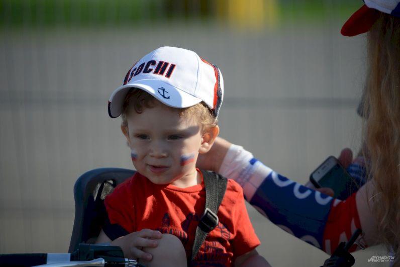 Малышу - болельщику российской сборной не больше шести лет.