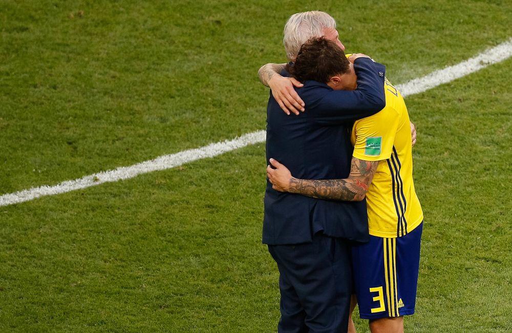 Линделеф, кажется, плачет на плече у тренера.