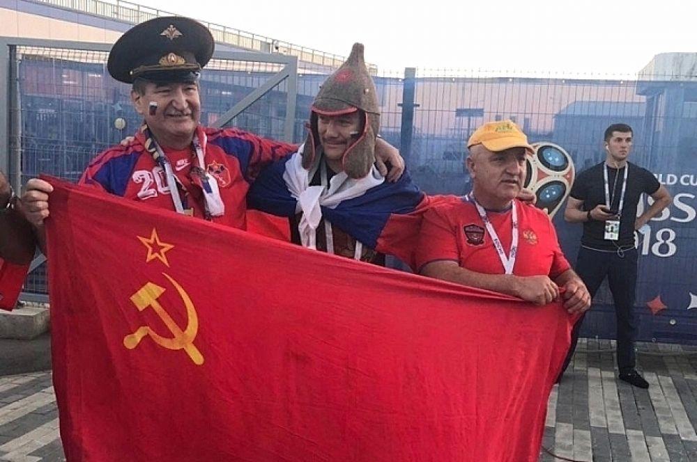 """Не обходится и без """"староверов"""" с флагами СССР, причем не только жители России приносят с собой подобную атрибутику."""