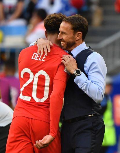 Гарет Саутгейт обнимает Алли, забившего второй гол.