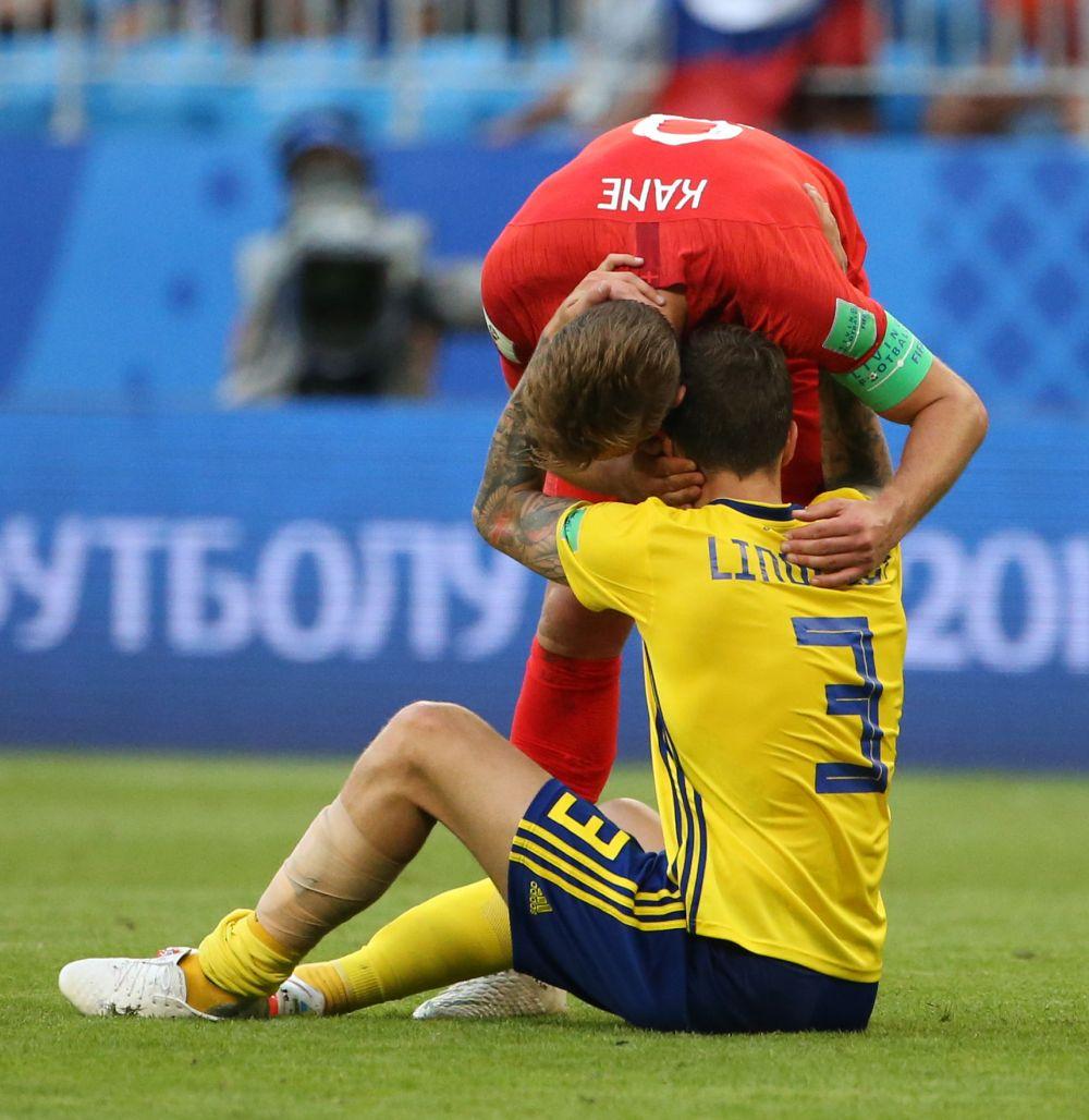 Капитан англичан Кейн обнимает Виктора Линделефа.