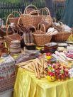 Народные умельцы продавали плетеные корзины, шкатулки и свистульки.