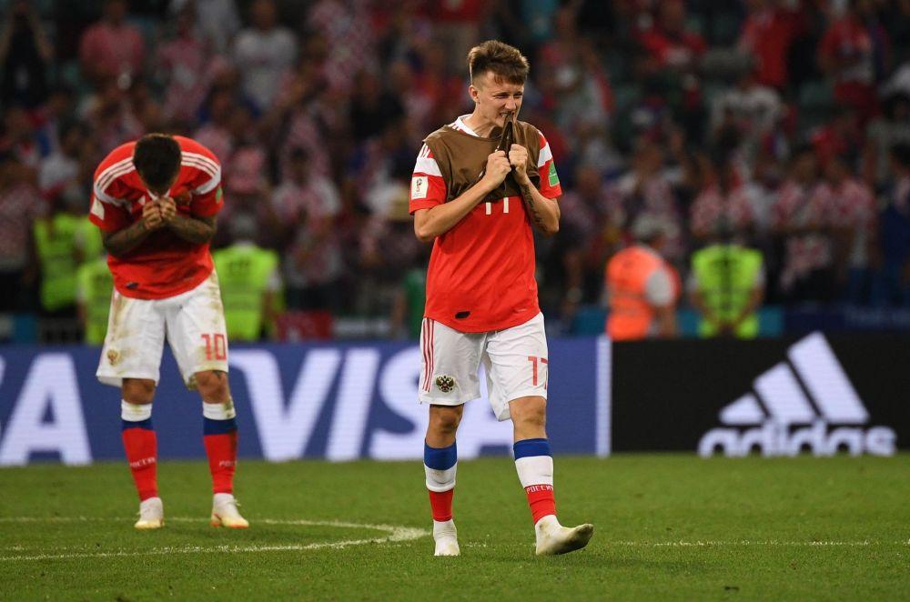 Александр Головин и Федор Смолов после поражения в матче 1/4 финала чемпионата мира по футболу между сборными России и Хорватии.
