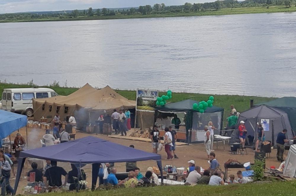 Гостей праздника угощали не только рыбой, но и шашлыками, пловом и другими вкусностями!
