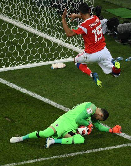 Вратарь Даниел Субашич держит оборону.