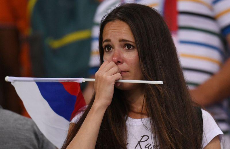 Девушки на трибунах эмоции не сдерживали.